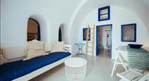 Blu Blanco Oia Cave House, hotels in Oia