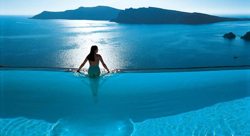 Best hotels and luxurius villas in oia with caldera view for Hotels in santorini with infinity pools