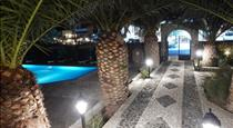 Petra Nera, hotels in Perissa