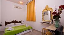 Birds Villa Apartments, hotels in Perissa
