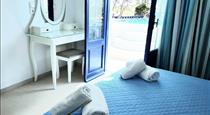 White & Blue, hotels in Perivolos